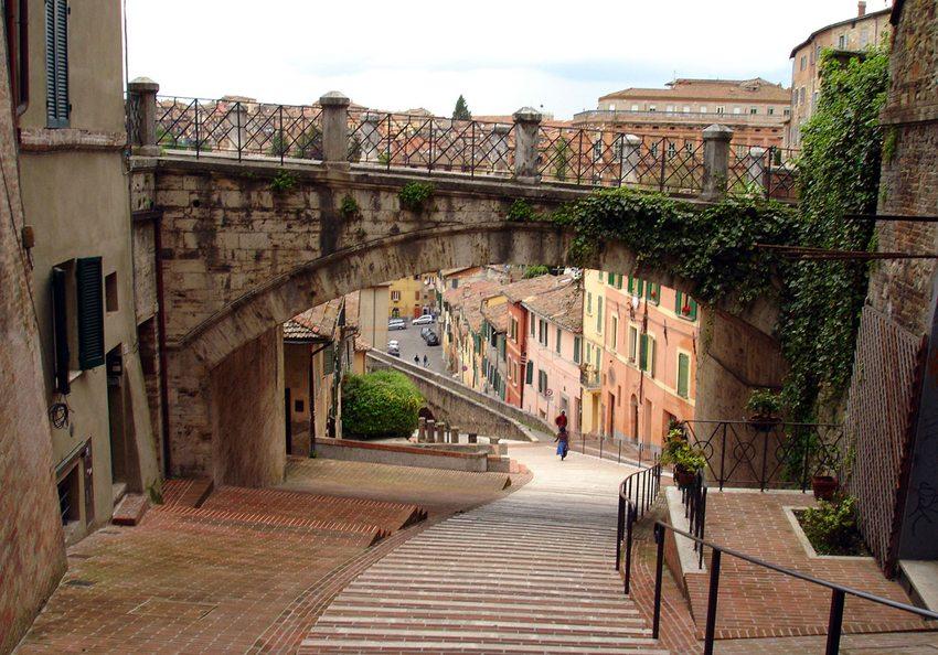 Perugia – alte Universitätsstadt (Bild: Mac9, WIkimedia, CC)