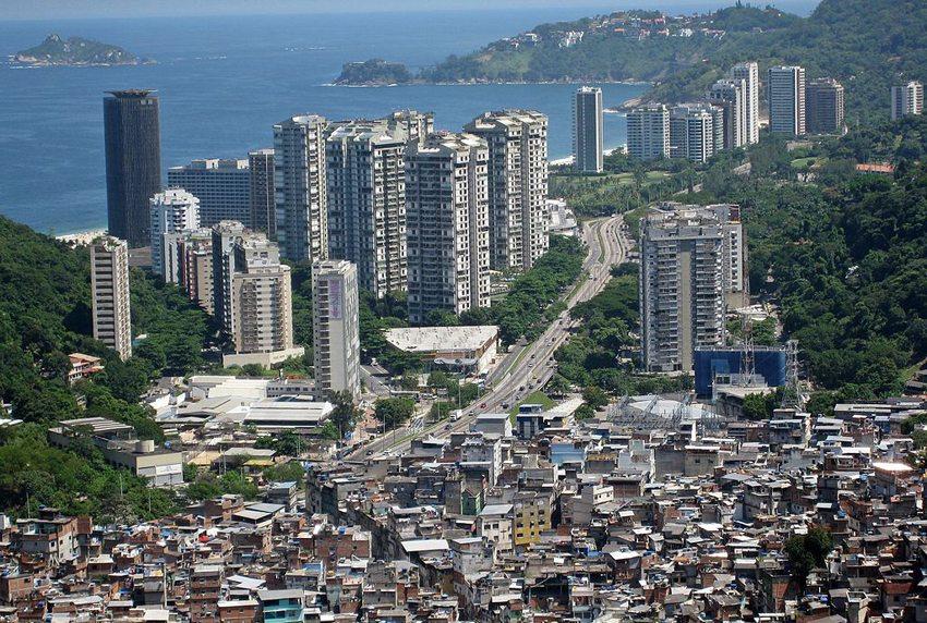 Favela da Rocinha vor dem Viertel São Conrado (Bild: Alicia Nijdam, Wikimedia, CC)
