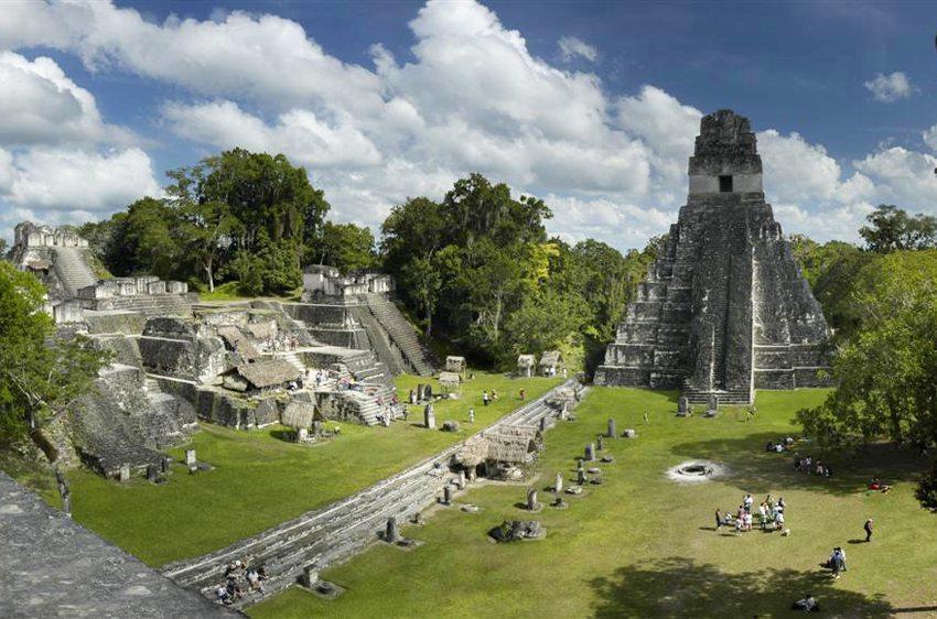 Der Große Platz von Tikal, die Nordakropolis und Tempel I (Bild: Shark, Wikimedia, CC)