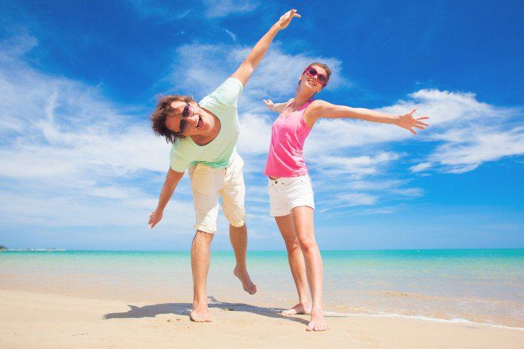 Auch wenn die Urlaubszeit durch Flugverspätungen verkürzt wird - nicht die gute Laune verlieren! (Bild: © el.rudakova - Fotolia.com)