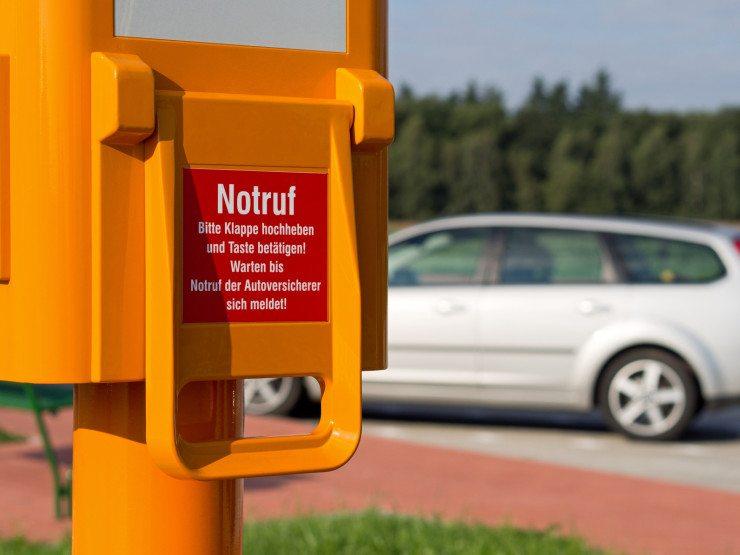 Auch ohne Handy kann man an der Autobahn jederzeit einen Notruf absetzen. (Bild: © lohner63 - Fotolia.com)