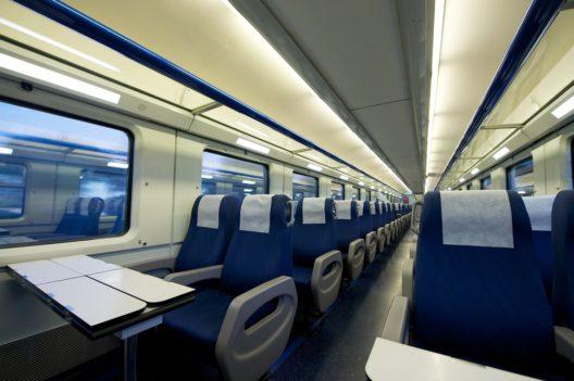 Wichtig auf langen Reisen: Wählen Sie Ihren Sitzplatz gezielt aus. (Bild: Francoise de Valera - shutterstock.com)