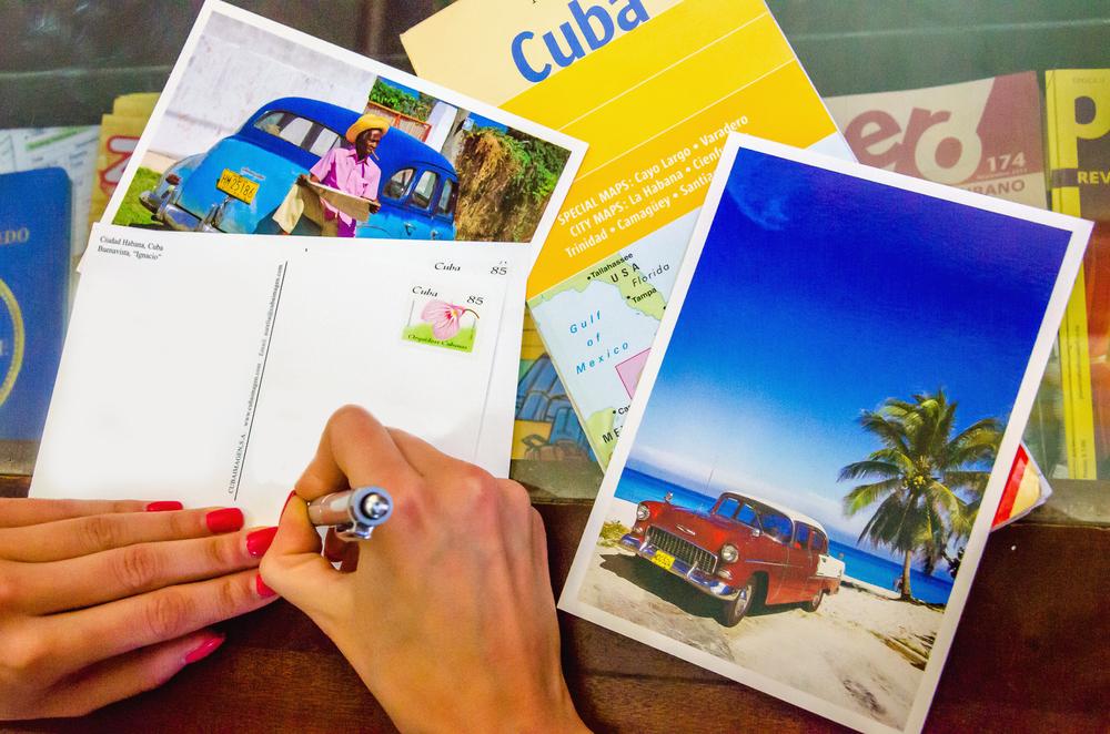 Überraschen Sie Ihre Lieben mit ausgefallenen Postkarten. (Bild: Anna Jedynak - shutterstock.com)