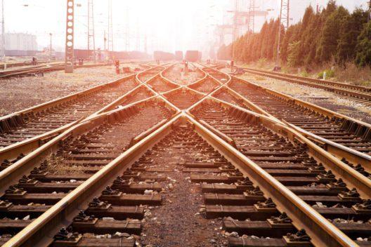 Lange Bahnreisen sind selten ein Vergnügen. (Bild: maoyunping - shutterstock.com)