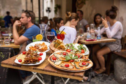 Einheimische können Ihnen wertvolle Restaurant-Tipps geben. (Bild: Alexander Mazurkevich - shutterstock.com)