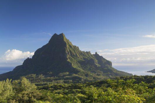 Der steile Aufstieg zum Mount Rotui ist nur mit einem erfahrenen Führer möglich. (Bild: © ITPhoto - shutterstock.com)