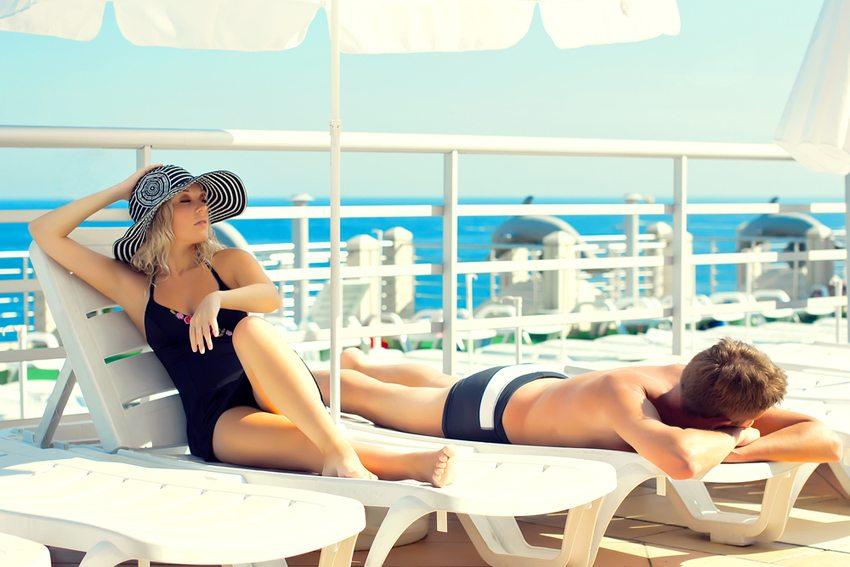 Man sollte keine Sonnenliegen an Poolplätzen reservieren (Bild: Denys Prykhodov / Shutterstock.com)