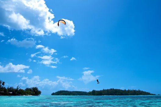Für Wassersportbegeisterte ist Moorea ein Traum. (Bild: © Pommeyrol Vincent - shutterstock.com)