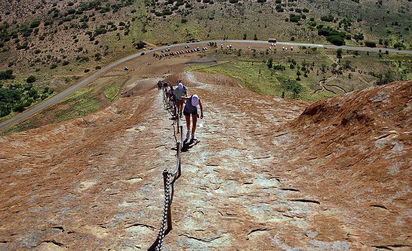 Die meisten, die den Uluru-Kata-Tjuta-Nationalpark besuchen, wollen Uluru besteigen. (Bild: Ikiwaner, Wikimedia, GNU)
