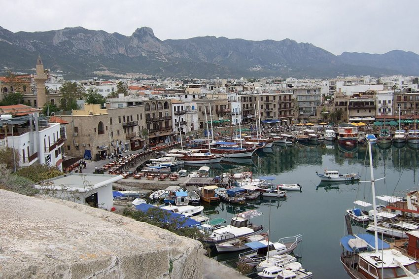 Hafen von Girne (Bild: Katpatuka, Wikimedia, CC)