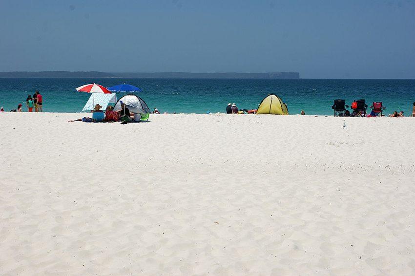 Der Hyams Beach besteht zu einem Anteil von nahezu 99 % aus Quarzsand. (Bild: albinfo, Wikimedia, CC)