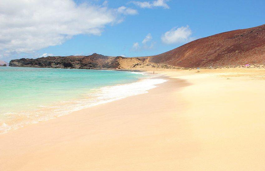 Playa de las Conchas – der schönste Strand der Insel La Graciosa (Bild: Gonzalo Serrano Espada, Wikimedia, CC)