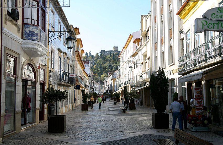 Rua Serpa Pinto in Tomar mit Blick auf die von den Tempelrittern errichtete Burg (Bild: Waugsberg, Wikimedia, GNU)