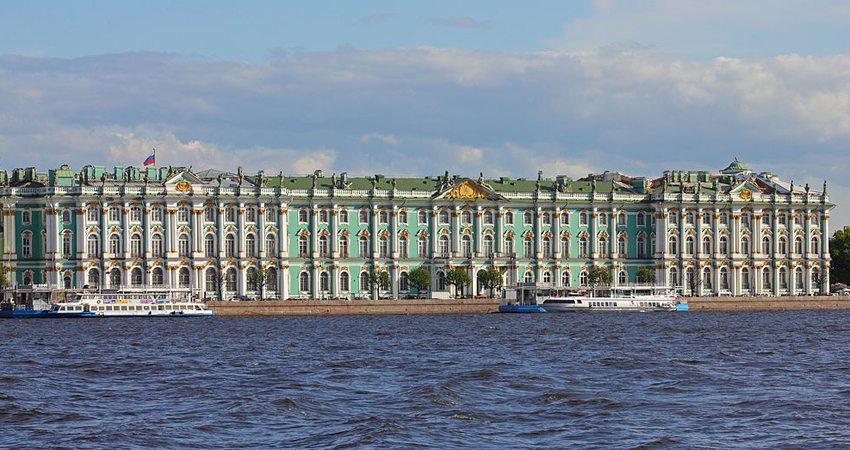 Winterpalast von der Newa aus aufgenommen (Bild: A.Savin, Wikimedia, CC)