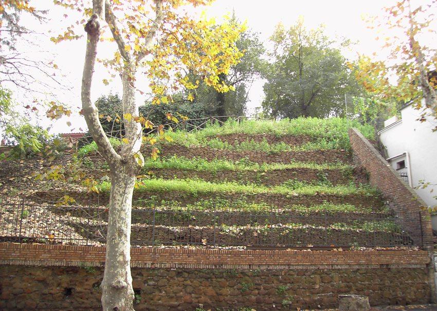 Terrassen auf dem Monte Testaccio (Bild: Lalupa, Wikimedia)