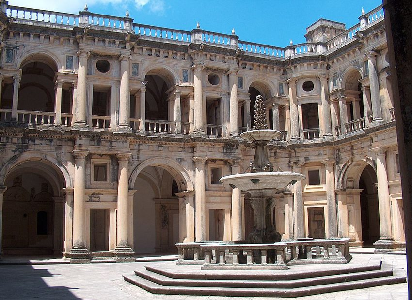 Das Christuskloster in Tomar – Innenhof (Bild: João Carvalho, Wikimedia, CC)