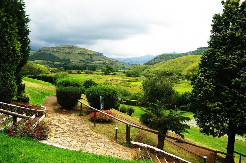 Garten des Sanipass-Hotels in den Drakensbergen (Bild: Bgabel, Wikimedia, GNU)