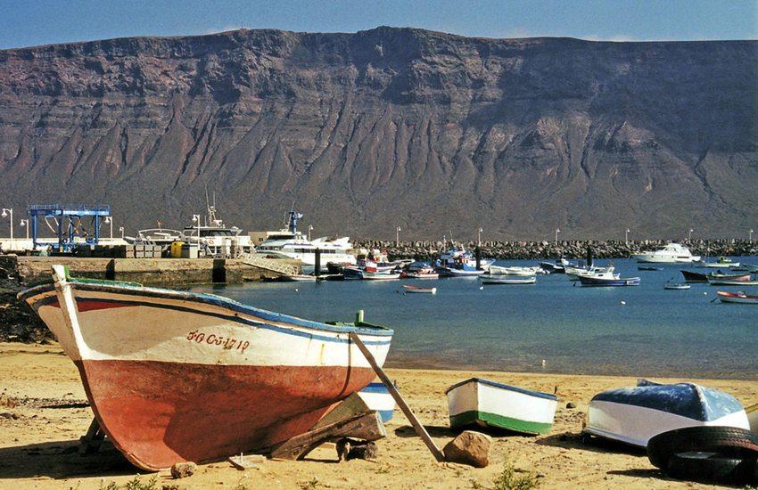 Blick von Caleta del Sebo auf der Insel La Graciosa zum Famaragebirge auf Lanzarote, Kanarische Inseln (Bild: Wiki05, Wikimedia, CC)
