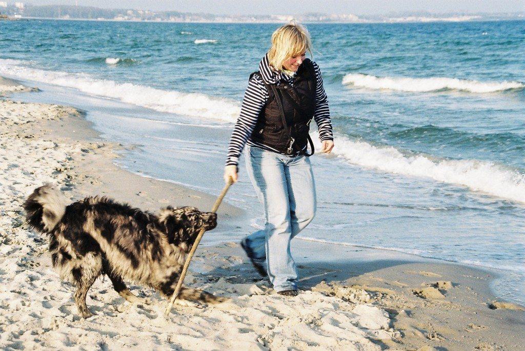 Nehmen Sie Rücksicht auf andere Strandbesucher (© Ekaterina Benthin  / pixelio.de)