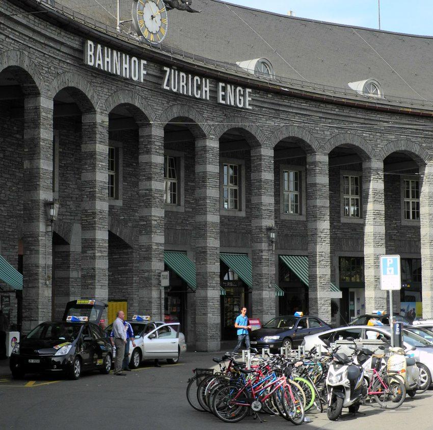 Taxis am Bahnhof Zürich Enge (Bild: roland zh, Wikimedia, CC)