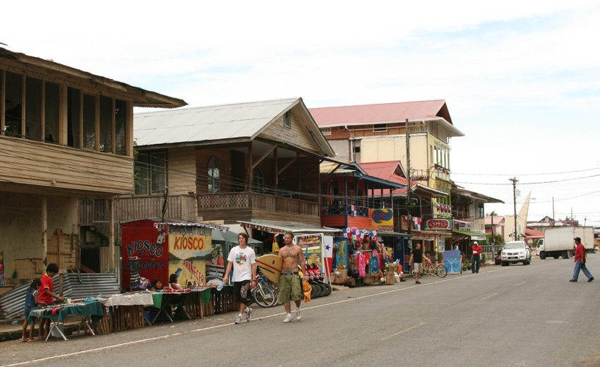 Hauptstadt Bocas del Toro auf der Isla Colon (Bild: Carlos Adampol Galindo, Wikimedia, CC)