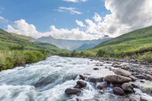 Drakensberg Amphitheatre gesehen von Tugela River aus (Bild: © Hannes Thirion - shutterstock.com)