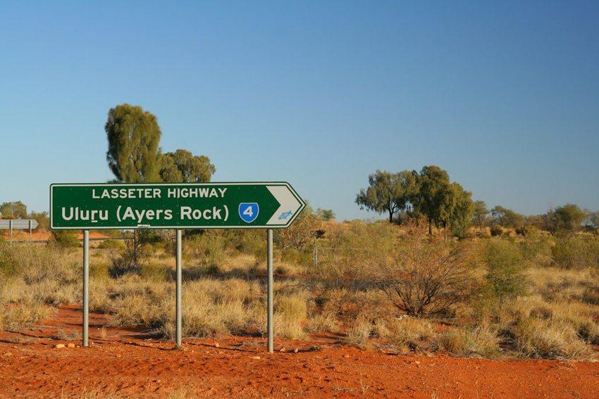 Hinweisschild des Lasseter Highway mit doppelter Namensnennung (Bild: Stephan, Wikimedia, CC)