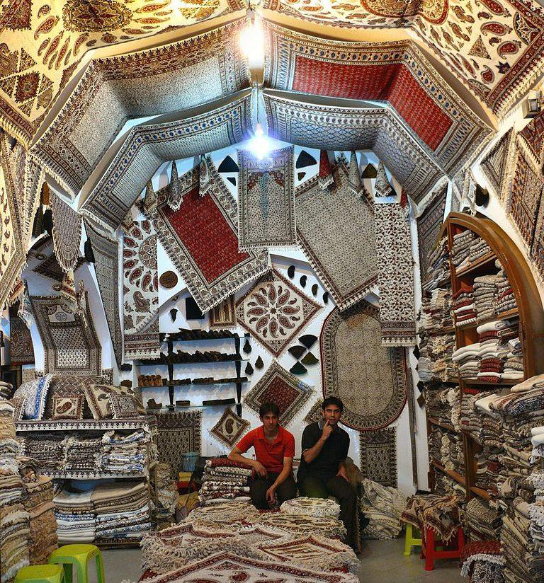 Handgefertigte Teppiche in einem Laden auf dem Isfahaner Markt (Bild: dynamosquito, Wikimedia, CC)