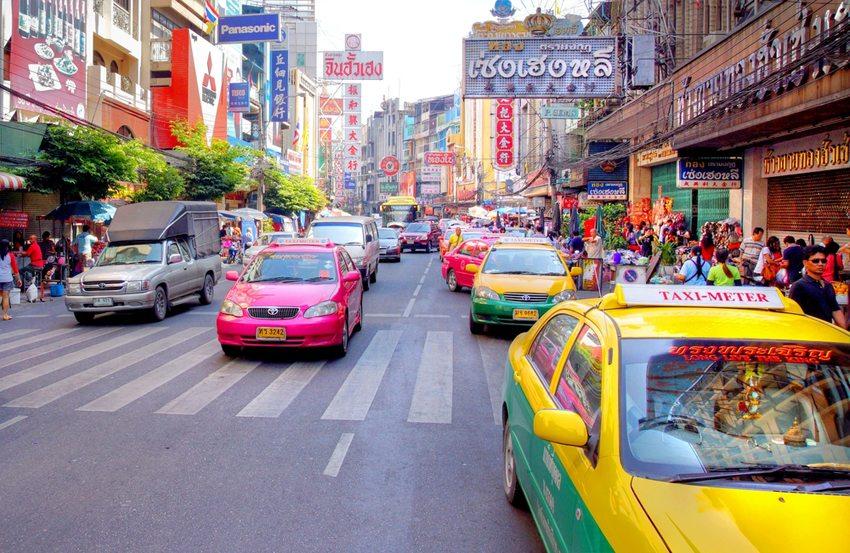 In der thailändischen Hauptstadt Bangkok ist eine Taxifahrt am günstigsten. (Bild: Chantal de Bruijne / Shutterstock.com )