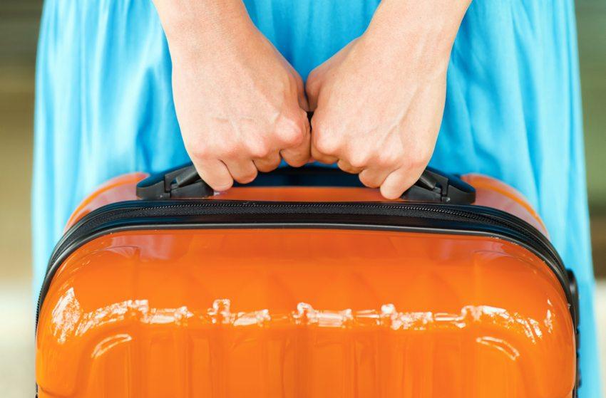 Kostenfalle – Zusatzkosten bei Gepäckstücken (Bild: Efired / Shutterstock.com)