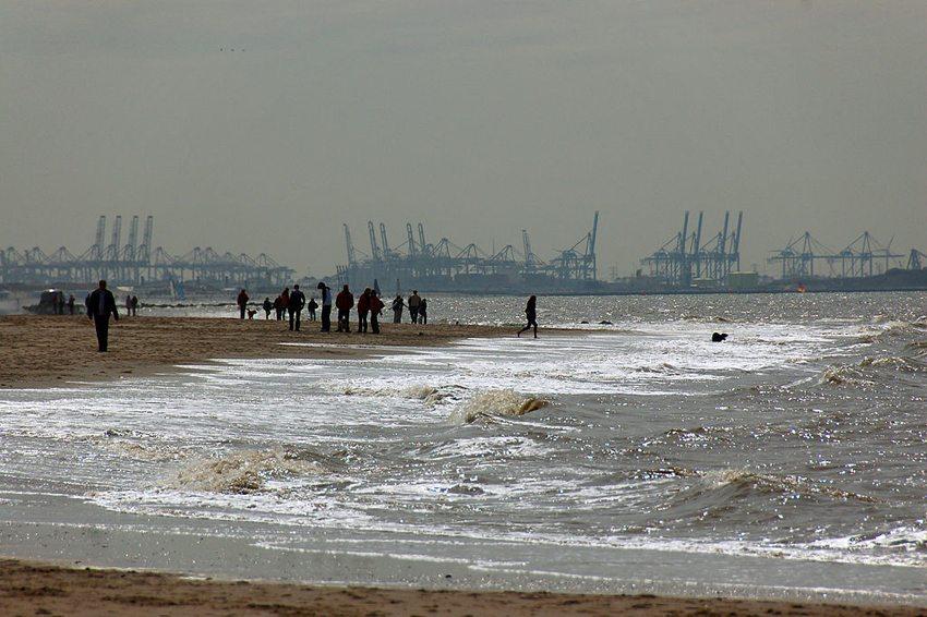Ter Heijde Strand mit dem Rottenburger Hafen im Hintergrund (Bild: Ralf Roletschek, Wikimedia, GNU)