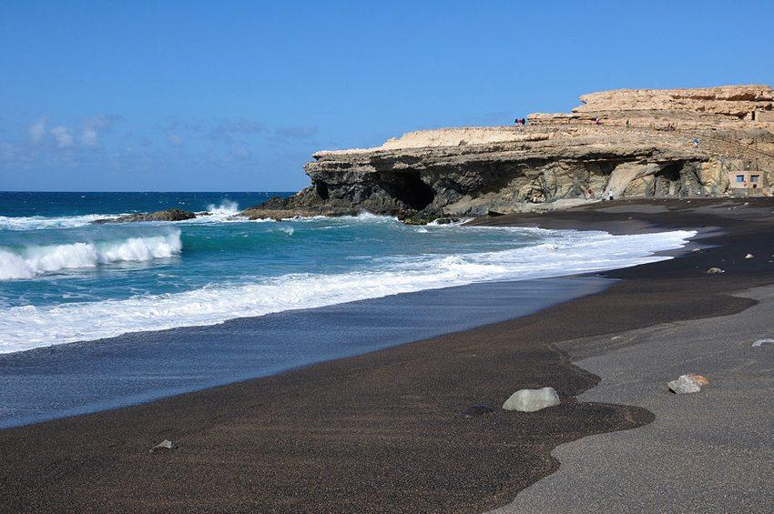 Schwarzer Strand Ajuy, Fuerteventura (Bild: Hansueli Krapf, Wikimedia, CC)