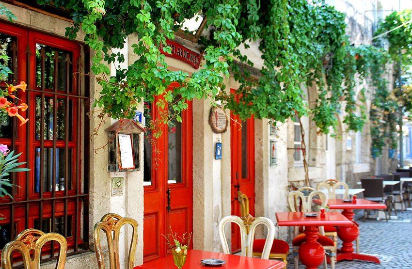 Strassencafé in Alacati, Cesme (Bild: Irfan Parlar, Wikimedia, CC)