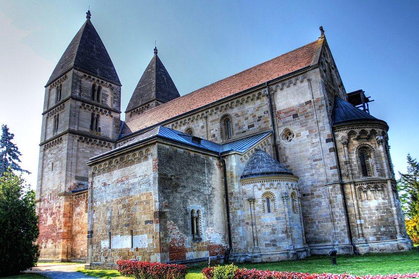 Abteikirche in Ják (Bild: Naki77, Wikimedia, CC)