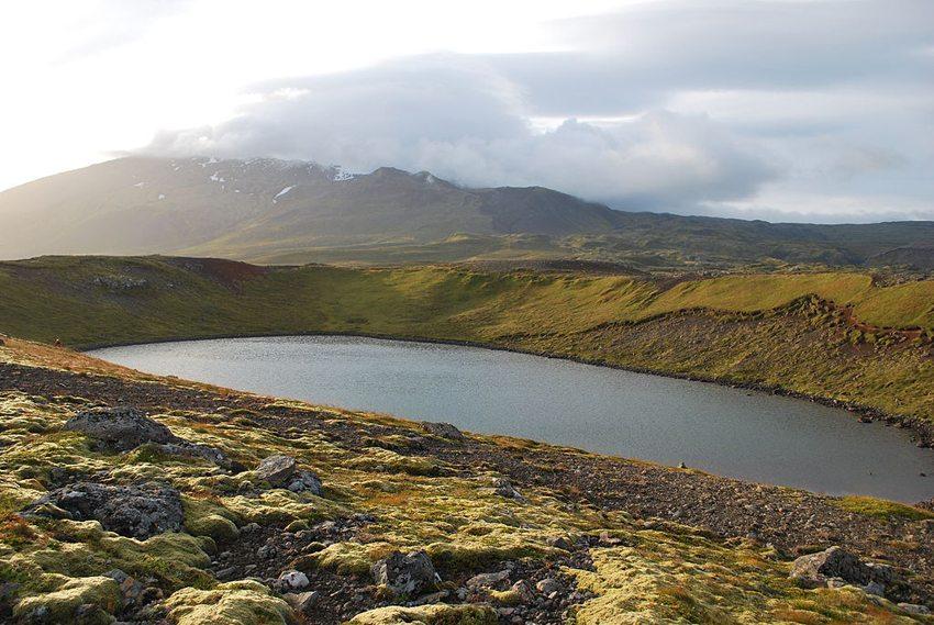 Kratersee des Vulkans Snæfellsjökull in Island (Bild: Chmee2/Valtameri, Wikimedia, CC)