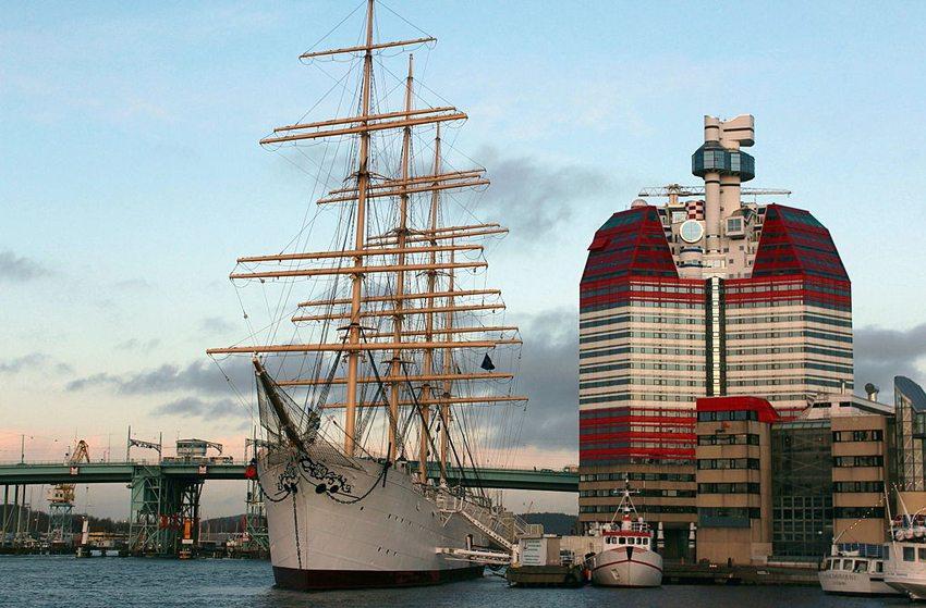 """Schiff """"Viking"""" vor dem weiss-rotesn Bürohaus, von den Einheimischen liebevoll Lippenstift genannt. (Bild: Gegik, Wikimedia, CC)"""