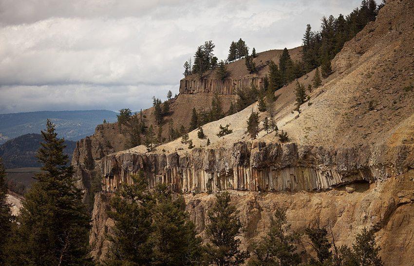 Basaltsäulen unter einer Lavadecke am Berg The Narrows im Yellowstone Canyon (Bild: Greg Willis, Wkimedia, CC)