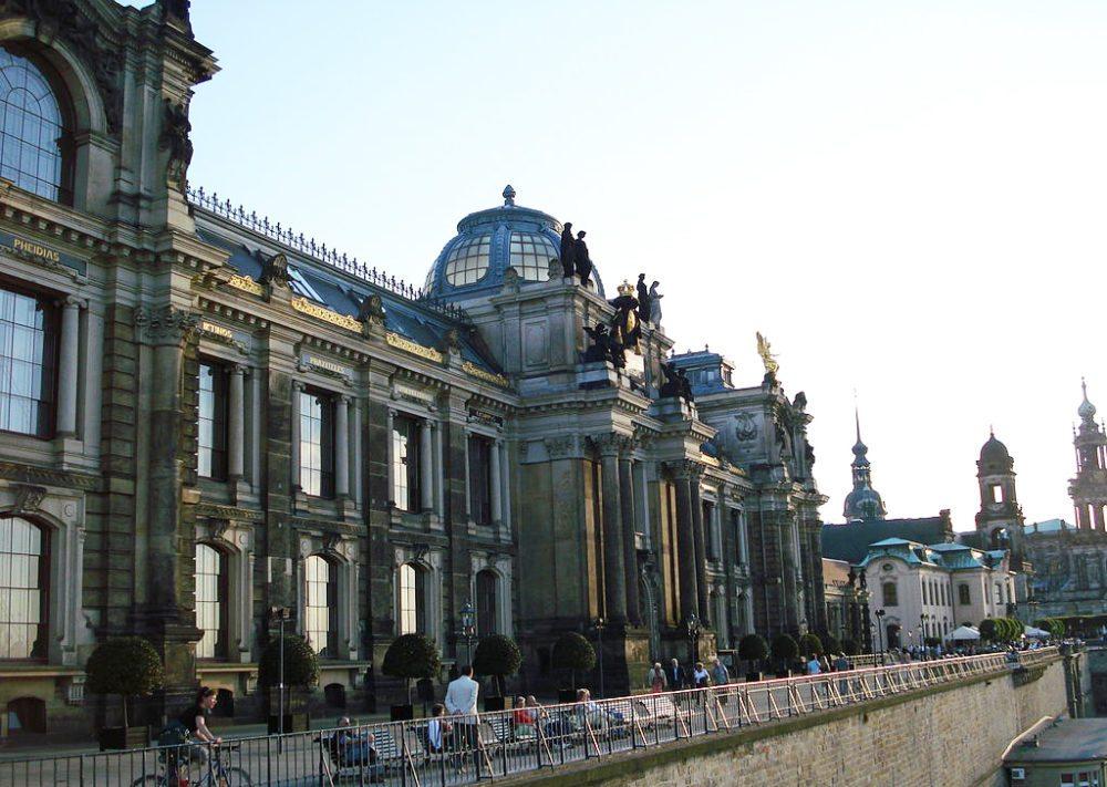 Brühlsche Terrasse – traditionsreiche Hochschule für Bildende Künste mit ihrer Glaskuppel (Bild: Kay Körner, Wikimedia, CC)