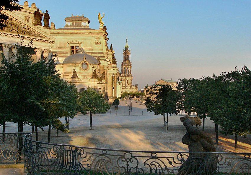 Die Brühlsche Terrasse in Dresden erstreckt sich am südlichen Elbeufer zwischen Augustus- und Carolabrücke. (Bild: Nikater, Wikimedia)
