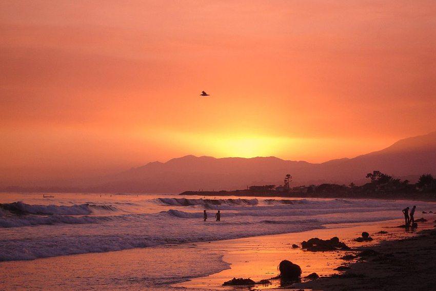 Sonnenuntergang auf dem Strand von Carpinteria, Santa Barbara, Südkalifornien (Bild: Calahan59, Wikimedia, CC)