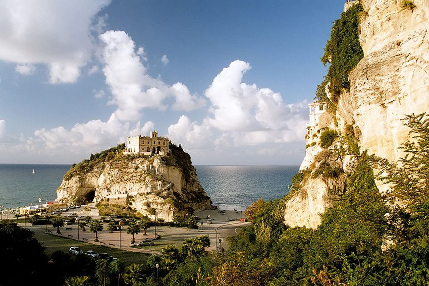 Tropea in Italien – auch im Herbst bezaubernd. (Bild: Przemyslaw Idzkiewicz, Wikimedia, CC)
