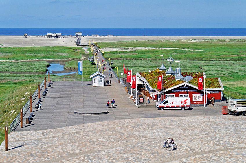 Blick auf die Erlebnispromenade in Sankt Peter-Ording (Bild: Pe-sa, Wikimedia, CC)