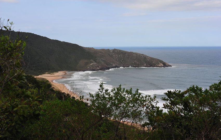 Praia da Lagoinha do Leste, Florianopolis, Brasilien (Bild: TheHvalros, Wikimedia, CC)