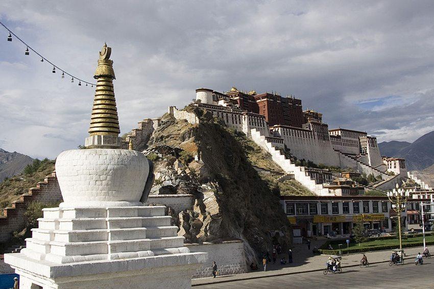 Der Potala-Palast – die ehemalige offizielle Residenz und der Regierungssitz der Dalai Lamas – Ort, wo Heinrich Harrer zum Freund vom 14. Dalai Lama wurde. (Bild: Luca Galuzzi, Wikimedia, CC)