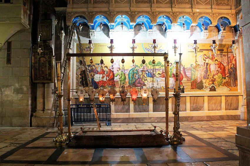 Stein des Anstosses in der Grabeskirche in Jerusalem (Bild: Ondřej Žváček, Wikimedia, GNU)