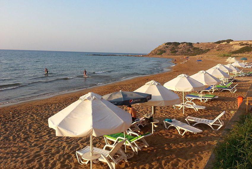 Strand von Kaplica (Davlos) im Norden von Zypern (Bild: Seksen iki yüz kırk beş, Wikimedia, CC)