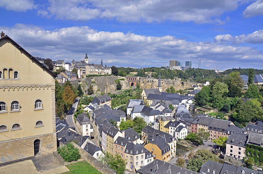 Blick in Luxemburg von der Altstadt über die Unterstadt auf den Kirchberg (Bild: Guido Radig, Wikimedia, CC)