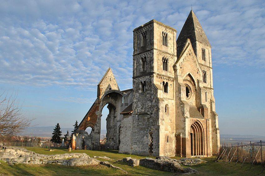 Ruine der Klosterkirche der Prämonstratenser, Zsámbék, Ungarn (Bild: Puffancs, Wikimedia, CC)
