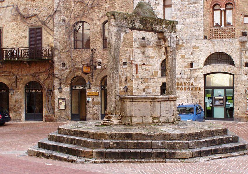 Mittelalterlicher Brunnen auf der Piazza della Cisterna in San Gimignano, Italien (Bild: Dlanglois, Wikimedia, CC)