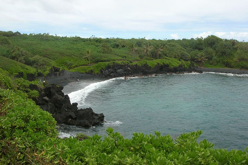 Wainapanapa Beach auf Maui (Bild: Forest & Kim Starr, Wikimedia, CC)